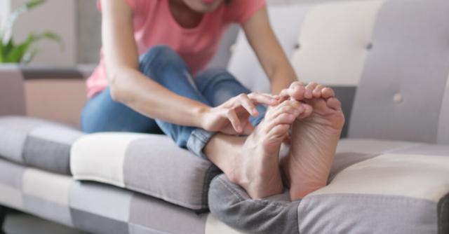 Почервоніння і свербіж пальців ніг може виникати у жінок та чоловіків незалежно від віку